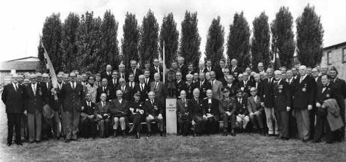 """Årsmötesdeltagare vid 25-årsjubileet 1971 med statyn """"Den lille smålänningen"""" i mitten."""