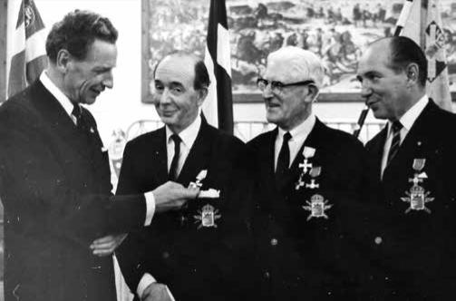 Kamratföreningens hedersmedlem landshövding Gösta Netzén medaljerar Rolf Ståhle, Erik Andersson och Olle Rydner vid årsmötet 1968.