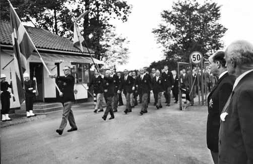 Förbimarsch för regementschefen Olle Rydner och hedersordföranden Ernst Jacobsson efter korum i Husie kyrka 1966. Standarförare Max Ohlsson.