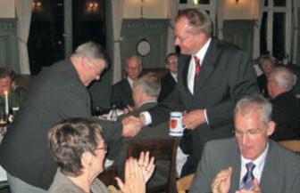 Landsformanden för danska LAF Carsten Bendix uppvaktar vid Kamratföreningens 60-årsmiddag på Revingemässen hösten 2006.