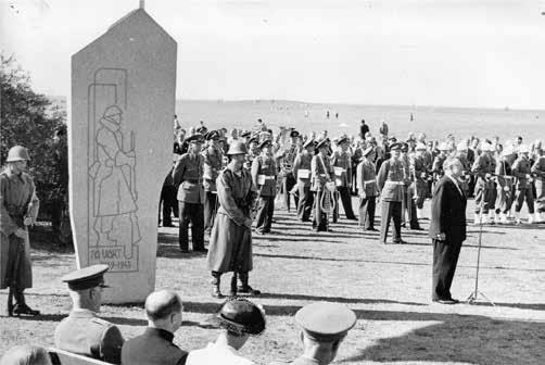 Kamratföreningen överlämnar en minnessten till Malmö stad som minne av beredskapstiden 1939-45. Monumentet finns på Ribersborgsstranden.