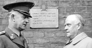 Minnestavla i brons på Malmö stadsbibliotek skänks till Malmö stad 1957 – överlämnas av kårens förste chef och kamratföreningen förste ordförande Ernst Jacobsson.