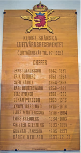 Minnestavla i ek skänks till regementet av Kamratföreningen 1967.
