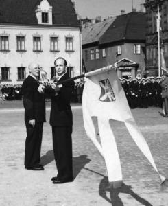 Kamratföreningen mottar standaret den 4 september 1949 i sam- band med firandet av Förvarets Dag på Stortorget i Malmö. Standarförare är Rolf Ståhle.
